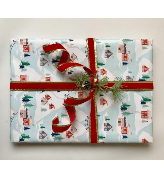 Подарочная новогодняя упаковка с домиками и красной лентой. Размер средний 22*28